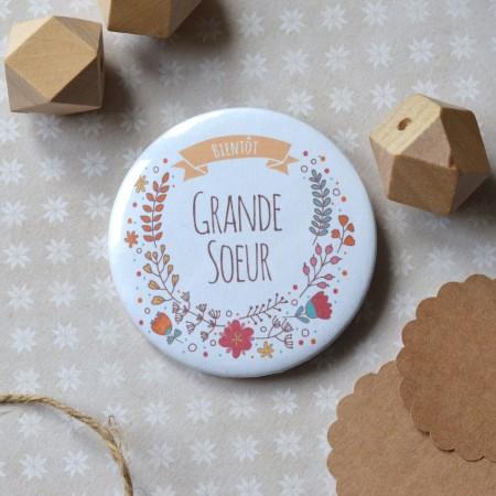 Badge Bientôt Grande Soeur - Couronne florale
