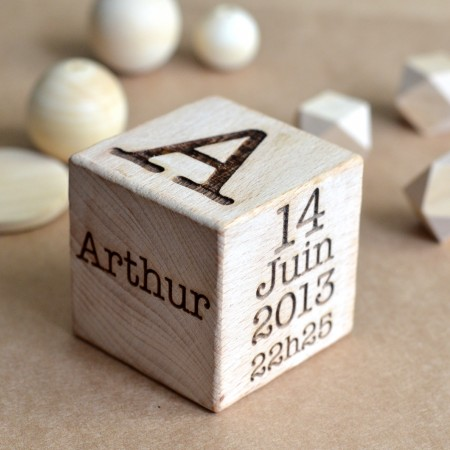 Cube en bois gravé personnalisé