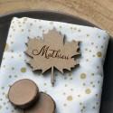 Marque-place Feuille d'érable en bois avec prénom
